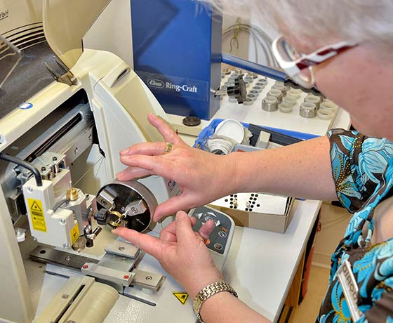 Frau Neuhaus die Spezialistin an unserer Graviermaschinen